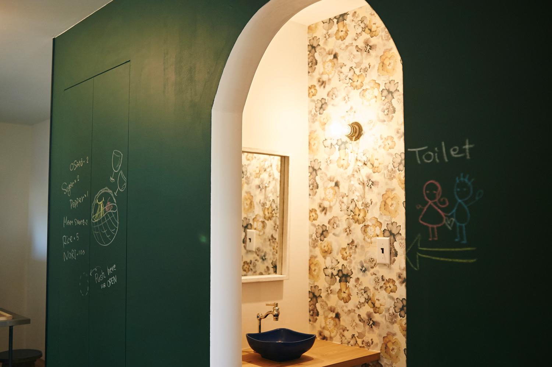 かわいいクロス かわいい壁紙 おしゃれな洗面台 黒板の壁 大阪市