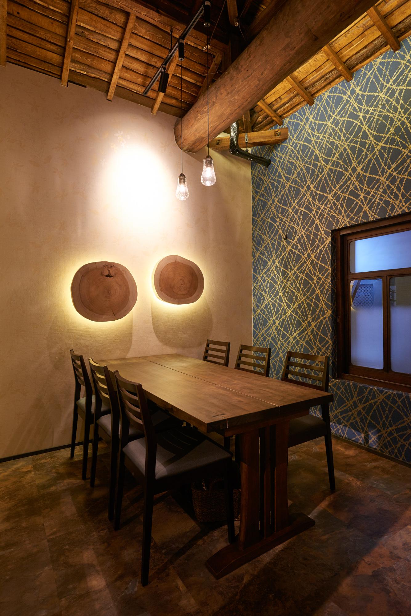 個室テーブル席・間接照明