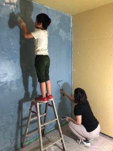 ブルーグレーの塗料 おしゃれな壁 DIYで壁をおしゃれに