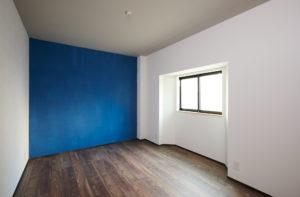 ブルーの壁 おしゃれなアクセント壁