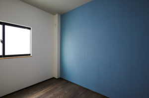 落ち着くブルーグレーの壁 DIYで叶える素敵な暮らし